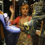 Világkörüli turnén Vivienne Westwood cipői