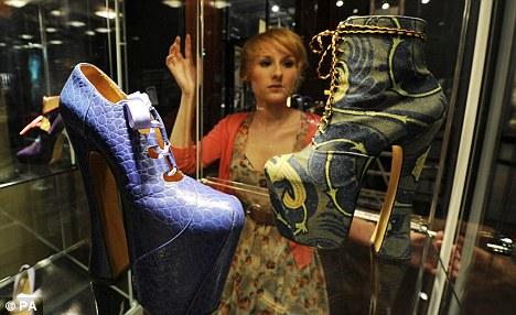 Világkörüli turnén Vivienne Westwood cipői - kiallitas, ujdonsagok -
