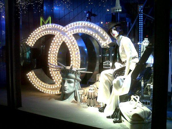 Lagerfeld karácsonyi kirakatot tervezett - kirakat-2, ujdonsagok -