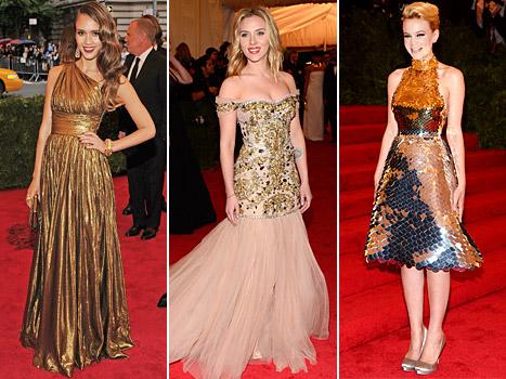 Arany pávák tánca és kofa hangulat a bevonuláson- MET Gala 2012 - jelmezeksztarok, sztar-hirek -
