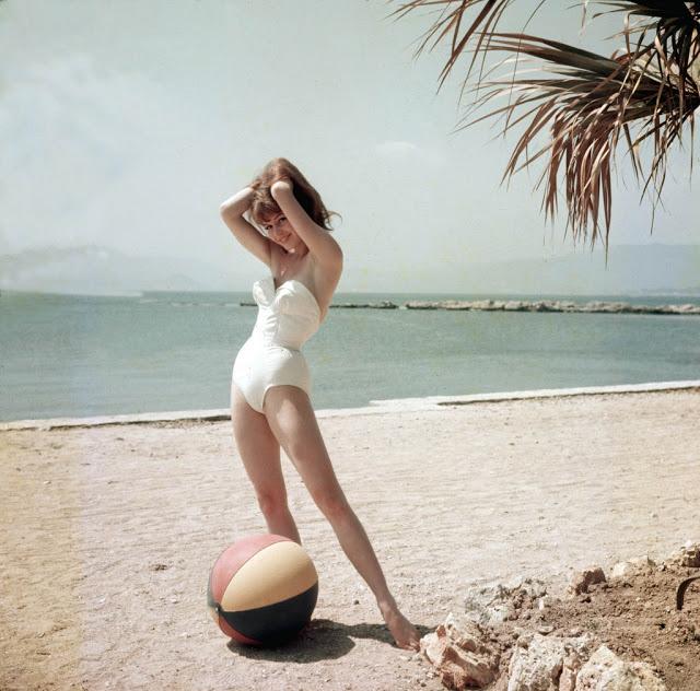 A fiatal Brigitte Bardot fotói Cannes-ból - jelmezeksztarok, minden-mas, ikonok-es-divak -