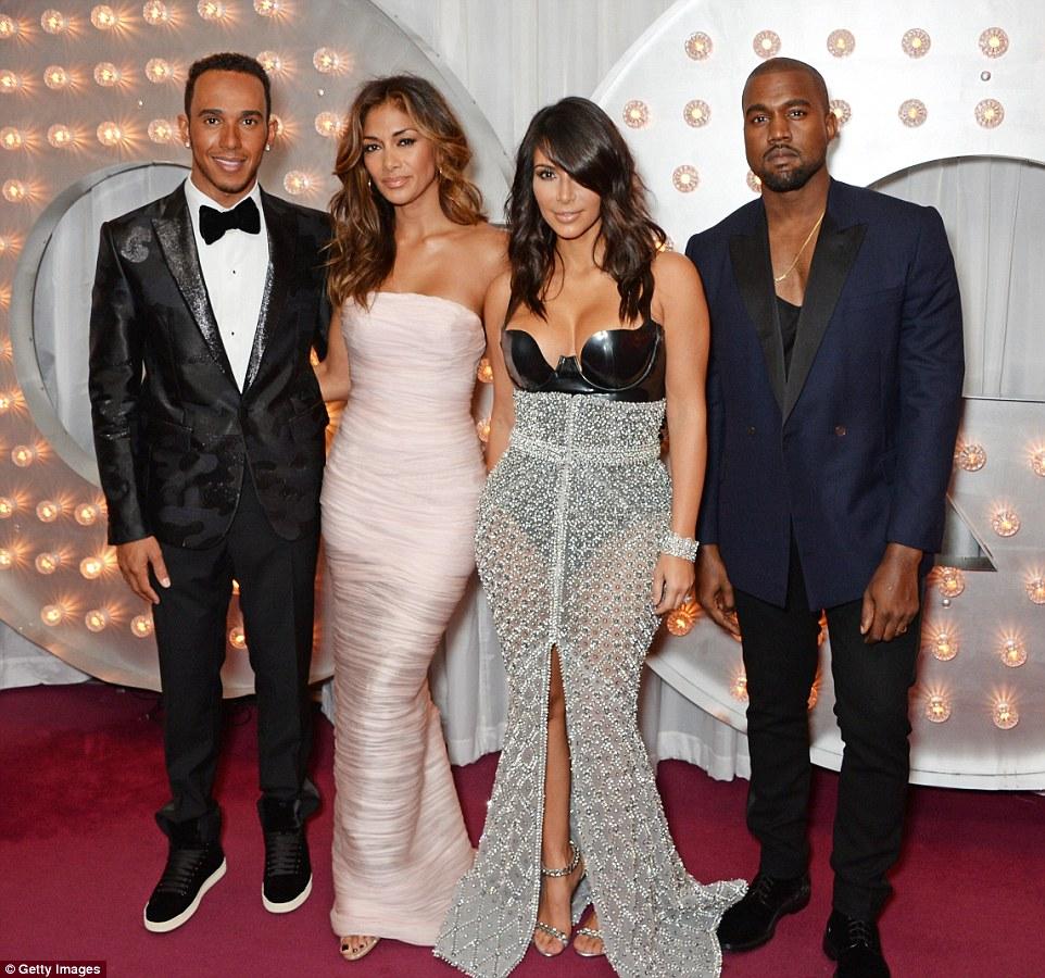 Kim Kardashian sellő-bálnának öltözött - voros-szonyeg-2, jelmezeksztarok, minden-mas -