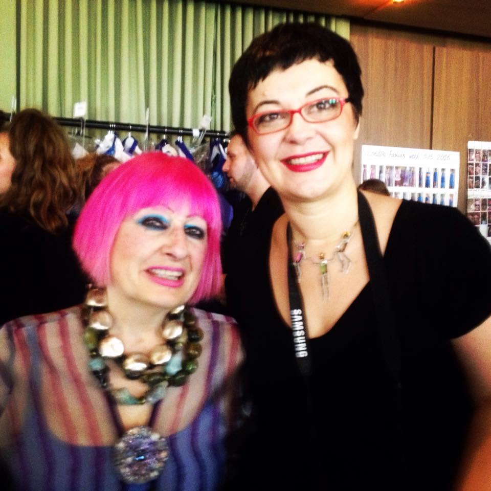 Zandra Rhodes backstagé-ben jártam - oszi-es-teli-divat, minden-mas, london-fashion-week, fashion-week, ujdonsagok -