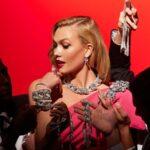Karlie Kloss Marilyn Monroe-t és Audrey Hepburnt idézi a Swarovski új kampányában