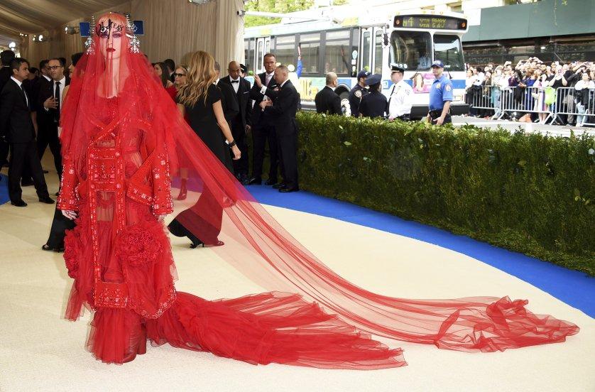 A Met Gála legfeltűnőbb ruhái a vörös szőnyegen- 2017 - voros-szonyeg-2, jelmezeksztarok, ujdonsagok -