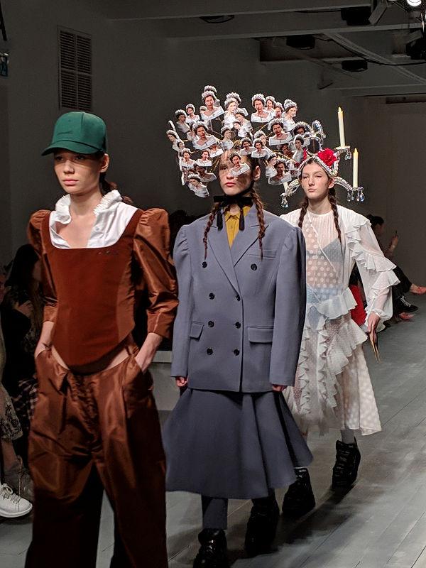 pushBUTTON, ahol Erzsébet királynő fejdíszként végezte - london-fashion-week, fashion-week -