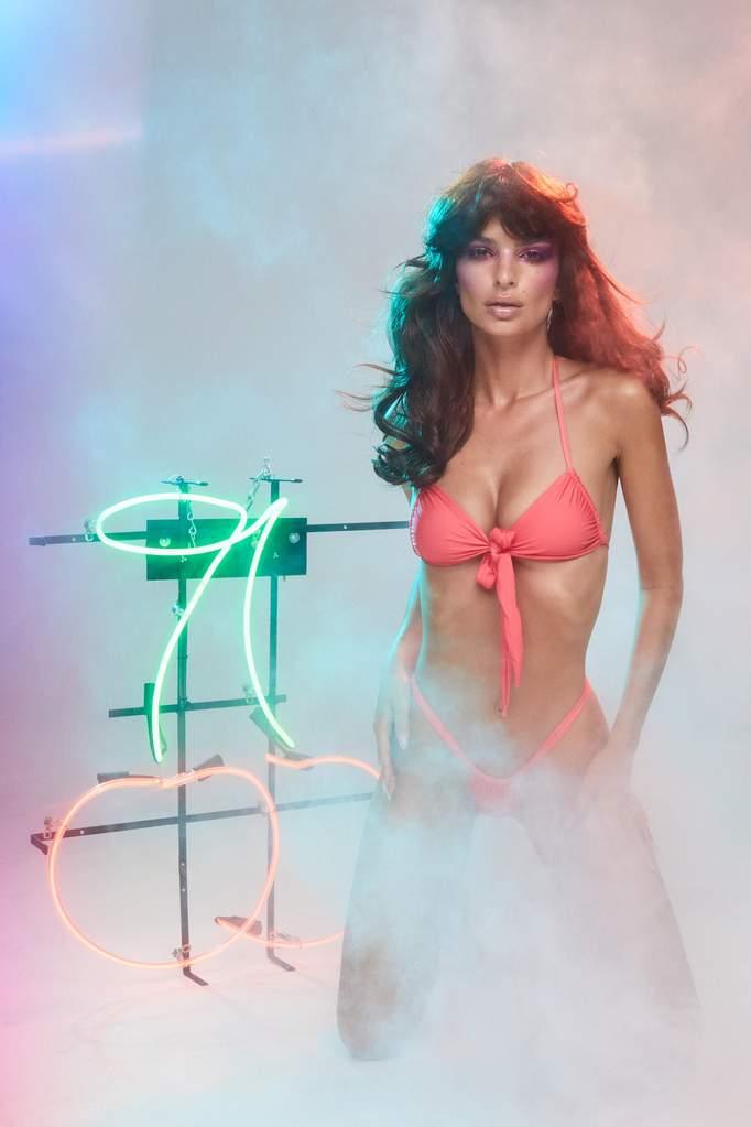 Emily Ratajkowski a nyolcvanas évek stílusában hírdet fürdőruhát - furdoruha-2, ujdonsagok -