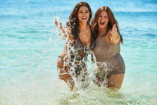 Ashley Graham a testvérével együtt hírdet plus size fürdőruhákat - furdoruha-2 -