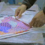 Így készül a Hermès selyemkendőjének különleges festése