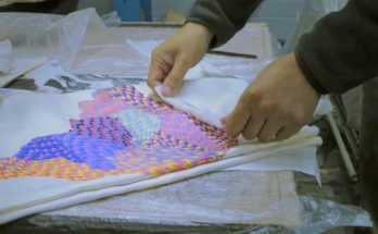 Így készül a Hermès selyemkendőjének különleges festése - ujdonsagok -