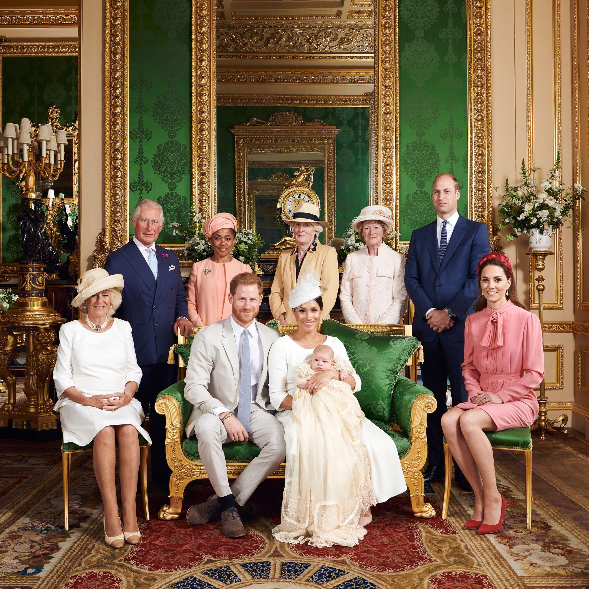 Teába áztatott ruhát viselnek a brit trónörökösök a keresztelőn - ujdonsagok -