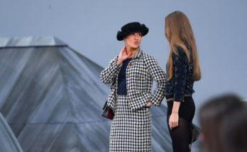 Humorista ugrott a modellek közé a nézőtérről Chanel bemutatóján - fashion-week -
