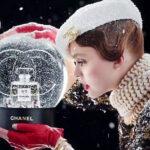 Lily-Rose Depp a Chanel 5 karácsonyi reklámjában cukiskodik