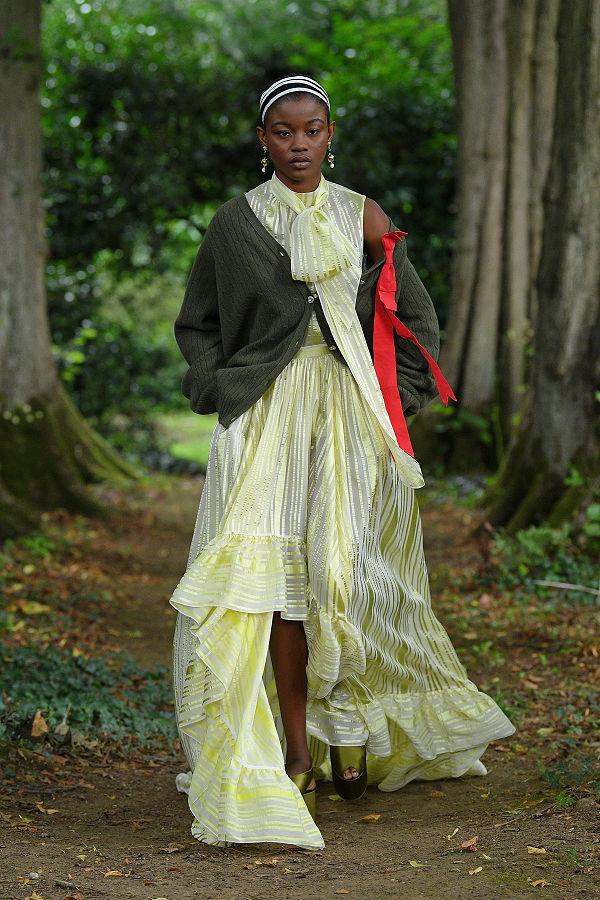 Erdem 2021 tavasz/nyár- Londoni divathét az erdőben - uncategorized-hu, tavaszi-es-nyari-divat, london-fashion-week, fashion-week -