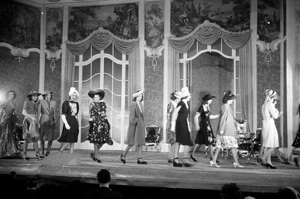 Divatbemutató az Operettszínházban a negyvenes évekből - retro, ujdonsagok -