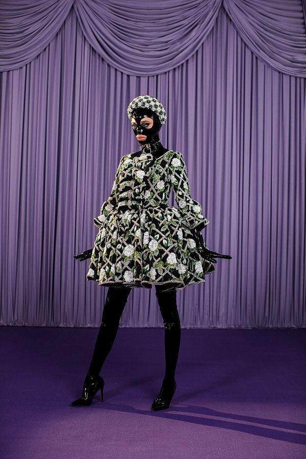 Richard Quinn 2021 ősz/tél - szürreális mese a latexbe bújt Macska királynőről - uncategorized-hu, minden-mas, ujdonsagok -